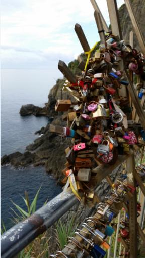 Os inúmeros cadeados deixados pelos apaixonados na Via dell'Amore.